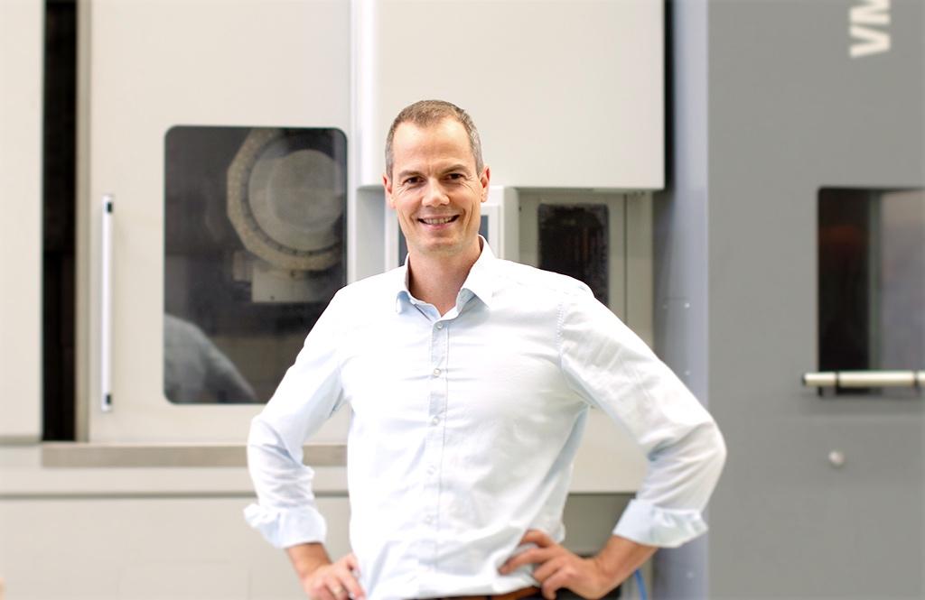 Sebastian Sieland stellt die Dreh-Fräsmaschine VMC 450-5 MT vor.