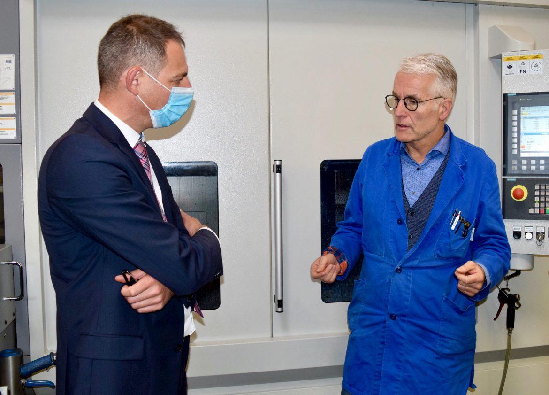 Teamwork für den Erfolg: Kordel-Geschäftsführer Johannes Kordel (rechts) im Gespräch mit EMAG Gebietsverkaufsleiter Florian Rose.